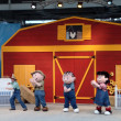 Peanuts gang dances on stage during show — Stock Photo