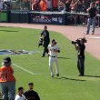 Giants Pitcher Tim Lincecum runs on to field during introduction — Stock Photo