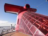 карнавал круиз линии корабль дымов и красный зашторивания — Стоковое фото