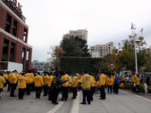 Security staff gather outside ballpark wearing yellow rain jacke — Stock Photo
