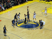 Game opening Jump Ball between Magics Dwight Howard and Warriors — Stock Photo