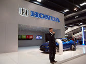 Man talks about Honda cars at booth — Stockfoto
