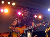 Toots from Toots and the Maytals plays guitar during set on stag — Stock Photo