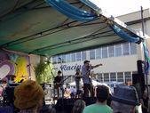 MC Yogi sings into mic on stage — Stock Photo