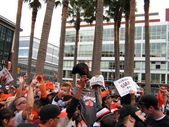 Giants Fans go crazy for Cameras outside ballpark after winning — Stockfoto