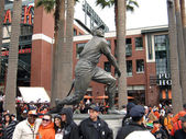 Pose in front of Willie Mays Statue next to Policemen — Stock Photo