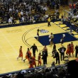 Oregon State Players run towards bench at start of time out - Foto Stock