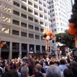 Riesen-Fans feiern die Weitergabe von Trolleys mit Riesen-p — Stockfoto