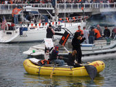 Raft with person in bear suit paddles through McCovey Cove — Stock Photo