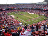 Fans cheer as 49ers celebrate win on field — Stock Photo