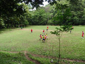 Natif de costariciens jouent au football sur un terrain dans les bois — Photo