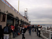 Giants fans line up to get into free section underneath right fi — Stock Photo