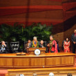 Former U.S. Sen. Daniel Akaka sings as he accepts award — Stock Photo