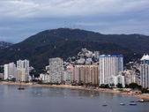 Fancy höga Hotell linje beach stranden av acapulco — Stockfoto