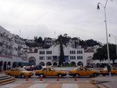 Fyra taxi parkerade väntar på kunder i centrum — Stockfoto