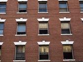 Rode bakstenen gebouw met rijen van windows — Stockfoto