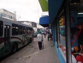 La hora de abordar los autobuses en acera — Foto de Stock