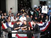 Sportscasters interviews hockeyspeler voor menigte van fans — Stockfoto