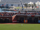 Giants Right Fielder stands in position with packed bleacher sec — Stock Photo