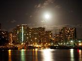 Plná velkých měsíc visí nad waikiki hotelů a marina — Stock fotografie
