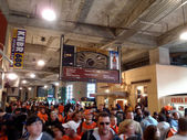 Mass of walk through the Promenade Level at ATT Park — Stockfoto