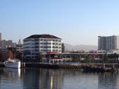 Oakland Harbor Ferry Terminal pier and White Boat — Stock Photo