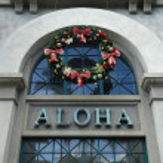 The Word Aloha and Christmas Wreath on side of Aloha Tower — Stock Photo