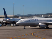 United Airlines Planes sit parked at Airport — Stock Photo
