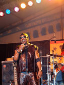 Toots of Toots and the Maytals sing into mic on stage at the Ma — Stock Photo