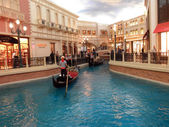 Goldola, river, and Shops Inside the landmark Venetian Hotel in — Foto de Stock