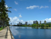 Ala Wai Canal, hotels, Condos, Golf Course and Coconut trees on — Stock Photo