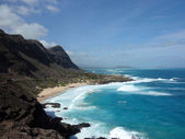 Waves crash on Makapuu Beach with the Koolau Range Mountains abo — Stock Photo