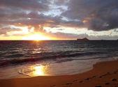 Vroege ochtend zonsopgang op waimanalo beach met zonlicht reflectio — Stockfoto