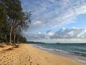 Gentle waves crash on Waimanalo Beach on Oahu, Hawaii — Stock Photo