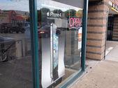 Anuncio móvil iphone 4 en ventana grande de tienda — Foto de Stock