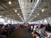 人们看过通过大型仓库的 500,000 书 — 图库照片