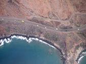 Luftaufnahme der panoramastraße mit autos, die fahrt entlang der küste — Stockfoto