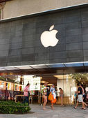 Tourist walk by Waikiki Apple Store at the famous shopping cente — Stock Photo