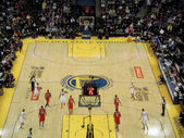 Warriors Monta Ellis dribbles ball around the three point line — Stock Photo