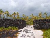 Massive man-made Rock Walls of Pu'uhonua o Honaunau - Place of R — Stock Photo