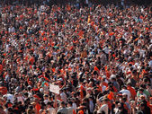 Giants fans wave orange rags and cheer to rally team — Stock Photo