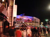 Fans enter Staples Center during Clippers game at night — Stock Photo