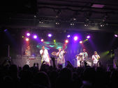 Jurassic 5 singers raps and DJ spin on stage as fans cheer — Stock Photo