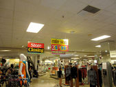 People wonder around Downtown Honolulu Macy Store Closing sale — Stock Photo