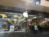 The Apple retail store in Honolulu at the Ala Moana Center — Stock Photo