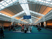 People walk throught the Portland Airport — Stockfoto