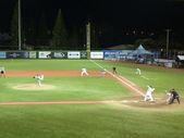 Cal State Northridge pitcher throws ball to UH Baseball players — Stock Photo