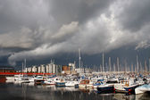 Boats in a marina with a dark sky — Stockfoto