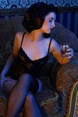 Retro meisje dragen lingerie met whisky in haar hand — Stockfoto