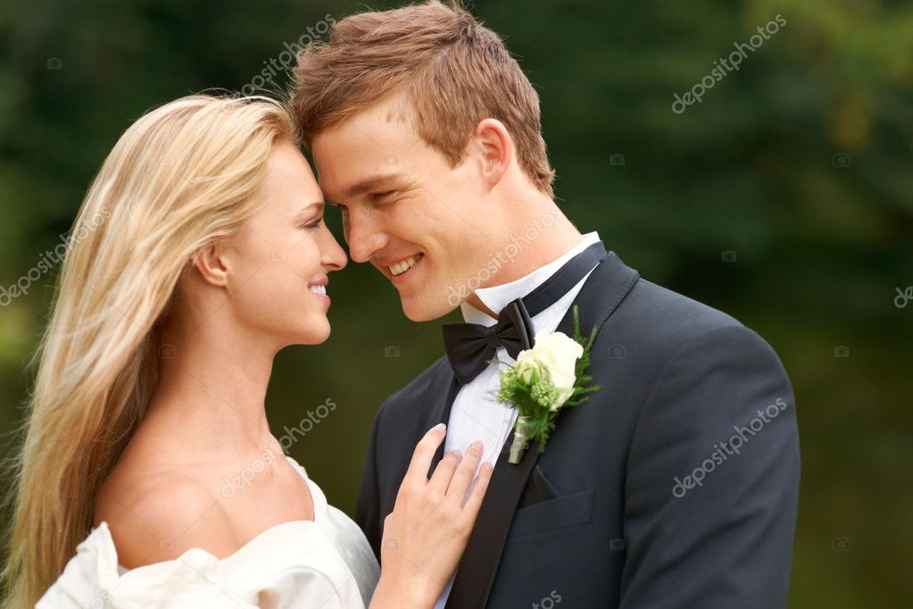 A new bride and groom smiling warmly at each other on the day of their wedding — Stock Photo #17138681